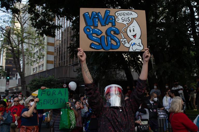 Cartazes marcam manifestações contra Bolsonaro