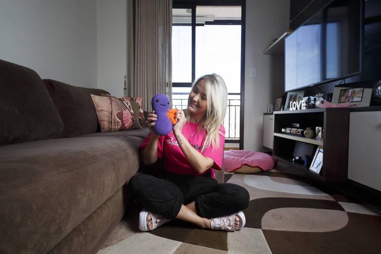 Juliana Ferreira, 35 anos, que tem diabetes 1 e é paciente renal crônica, com um rim de pano que faz parte da campanha que ela faz nas redes sociais; ela teve que lutar contra o coronavírus em 2020