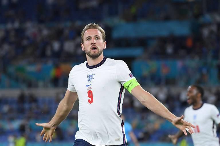 Harry Kane comemora o terceiro gol da Inglaterra sobre a Ucrânia, pelas quartas de final da Euro, no estádio Olímpico de Roma