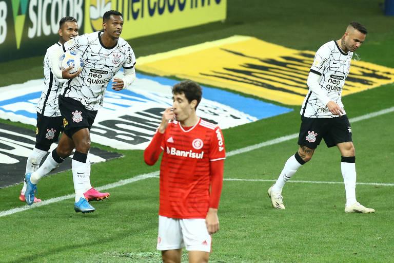 O atacante Jô, do Corinthians, comemora gol contra o Internacional, neste sábado (3)
