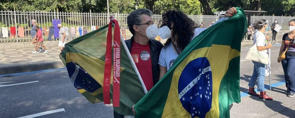 O ator Paulo Betti e a atriz Dadá Coelho durante manifestação contra Jair Bolsonaro, no Rio de Janeiro