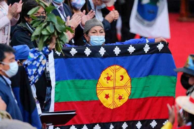 A nova presidente da Constituinte do Chile, Elisa Loncón, exibe a bandeira mapuche durante a sessão inaugural da Casa