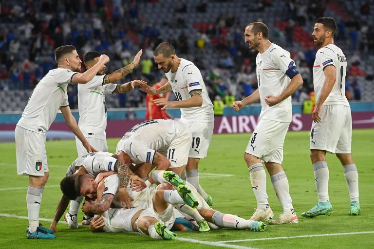 Jogadores da Itália celebram gol contra a Bélgica