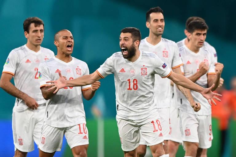 Espanhóis comemoram a classificação sobre a Suíça nos pênaltis