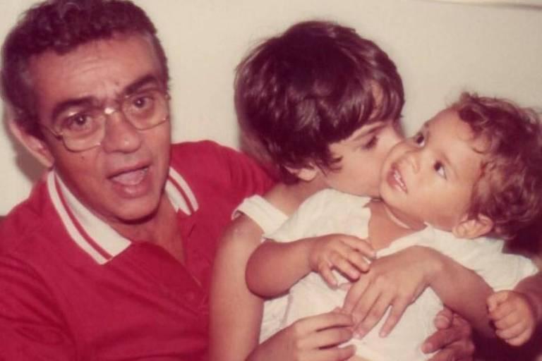 Bruno Mazzeo publica foto da infância ao lado do pai, Chico Anysio, e do irmão Cícero