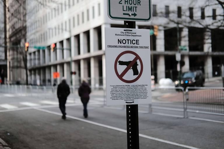 Placa com proibição de posse de armas em área no centro de Richmond, na Virgínia