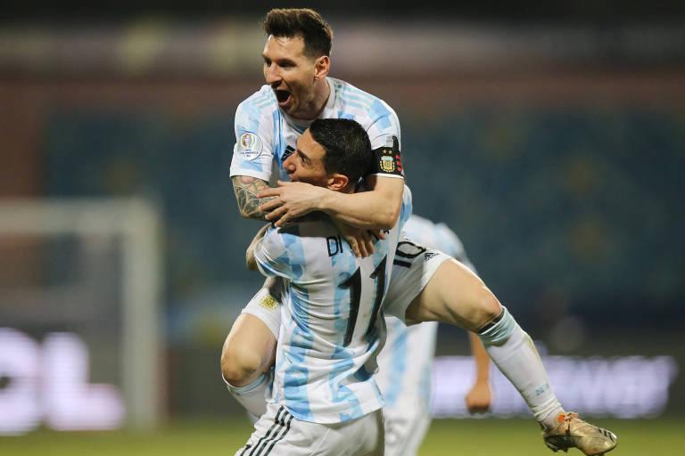 Messi comemora gol da Argentina com Di María, nas quartas de final da Copa América