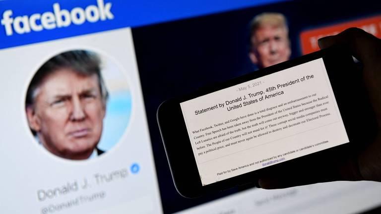 Página de Donald Trump mostra seu rosto; na frente, um celular mostra um texto, o discurso dele quando banido