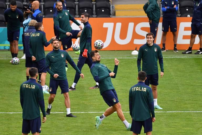Jogadores italianos treinam no estádio  The Hive, em Londres (ING), para o duelo semifinal da Eurocopa contra a Espanha, nesta terça-feira (6)