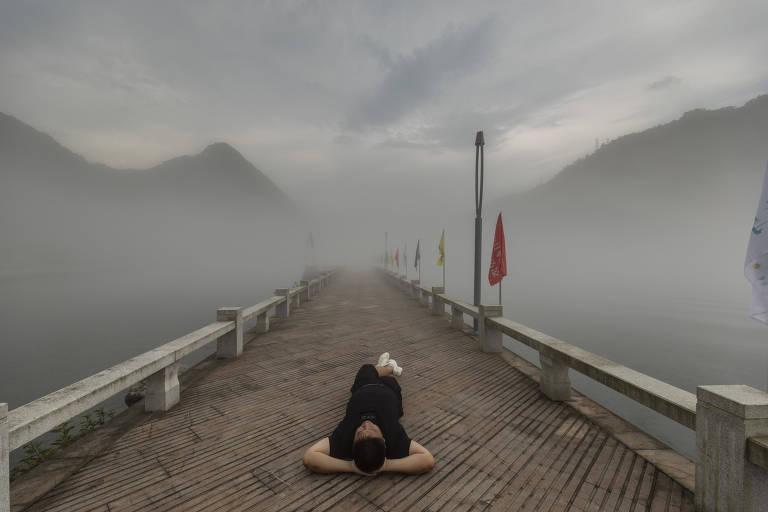 Luo Huazhong, que popularizou a ideia de um modo de vida mais relaxado, deitado no chão em Jiande, na China
