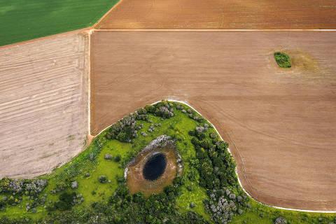Alto Paraguai, MT. 06/03/2021. PROJETO PANTANAL. Vista aerea de uma das lagoas que formam as nascentes do rio Paraguai no municÌpio de Alto Paraguai, MT. A area faz parte da APA  ( Area de ProteÁ?o Ambiental ) Nascentes do rio Paraguai e esta cercada pela agricultura intensiva. (Foto: Lalo de Almeida/ Folhapress )  COTIDIANO ORG XMIT: AGEN2105201820652297