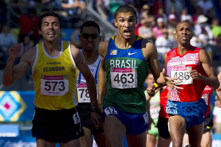 Leandro Prates, ao centro, na prova dos 1.500 metros do Pan de Guadalajara, no México, em 2011. Ele ficou com a medalha de ouro após vencer em uma chegada apertada