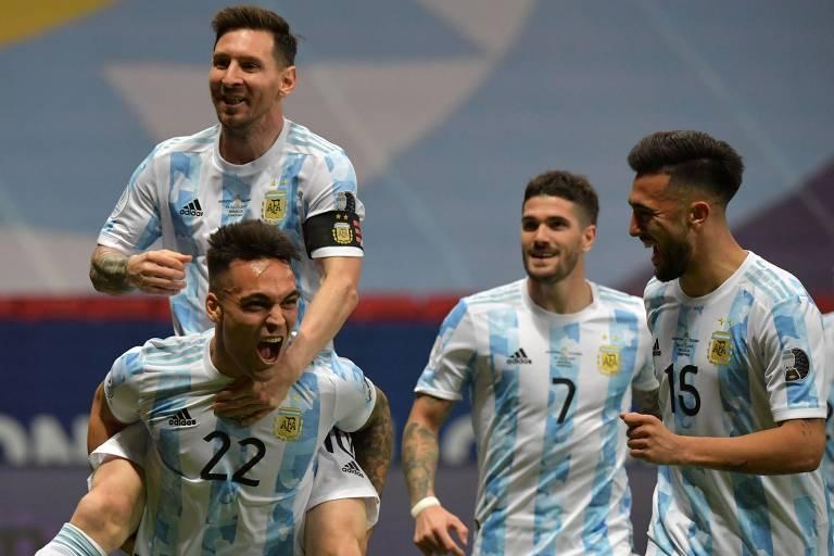 Jogadores da Argentina festejam gol sobre a Colômbia em partida pela semifinal da Copa América