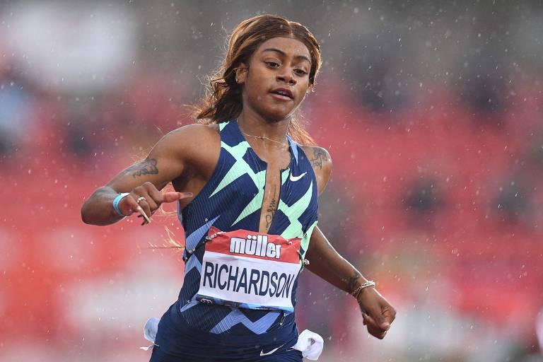 A velocista Sha'Carri Richardson, de braços abertos, após finalizar prova dos 100 m do atletismo