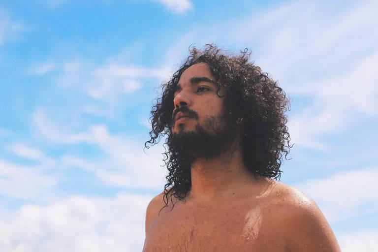 Pedro Alex, filho do vocalista do Natiruts, lança álbum além do 'good vibes'