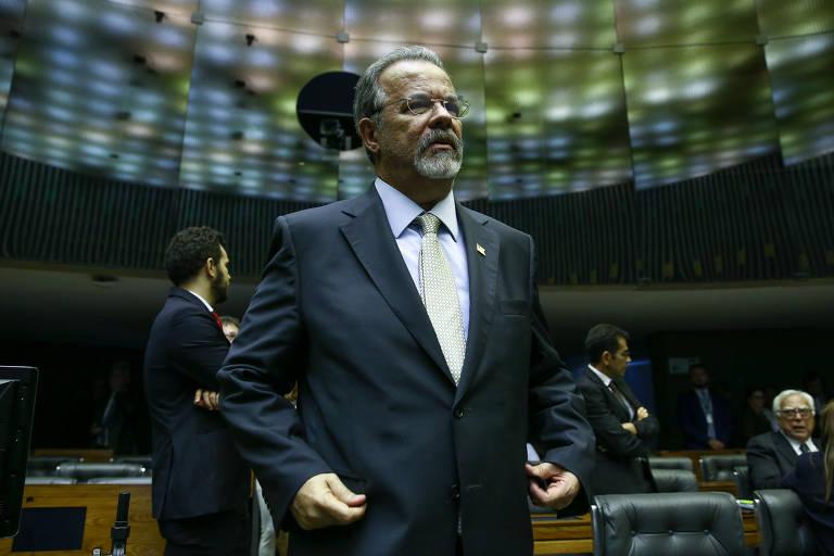 Raul Jungmann, ao centro, no meio do plenário da Câmara dos Deputados durante sessão de votação do decreto do governo Temer que coloca a segurança pública do estado do RJ sob intervenção federal