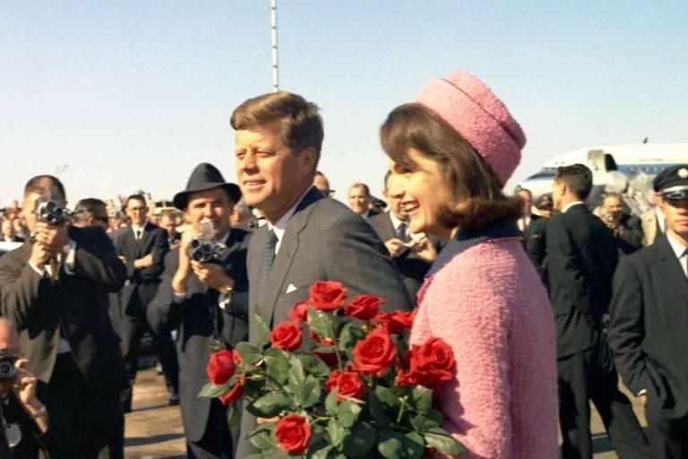 O presidente dos EUA John Kennedy, ao lado da mulher Jacqueline, chegam ao Texas horas antes do assassinato