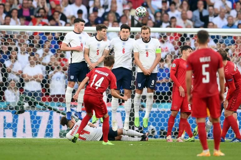 Cobrança de falta de Damsgaard abriu o placar do jogo e quebrou recorde conquistado por Pickford um minuto antes
