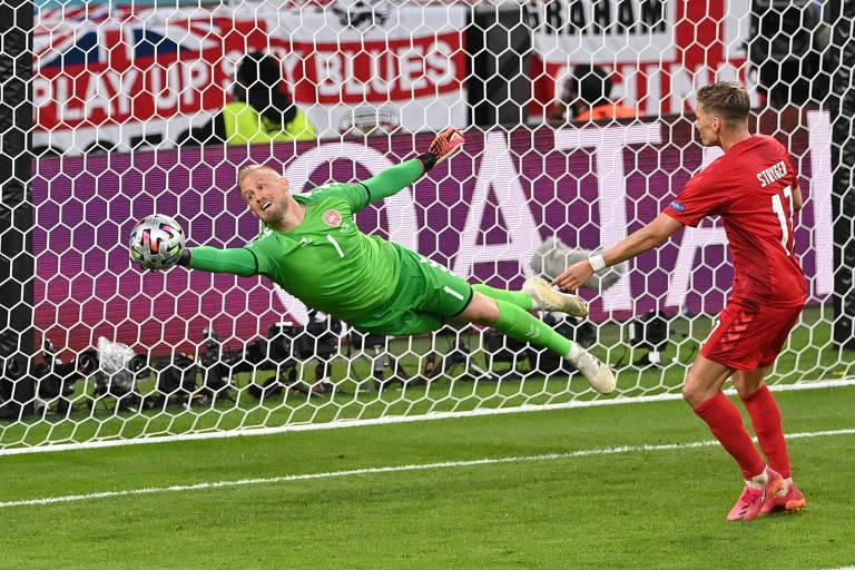 Schmeichel, goleiro da Dinamarca, segurou boas chances dos ingleses