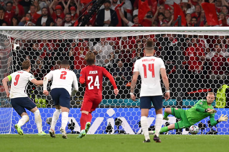 Schmeichel defendeu pênalti cobrado por Kane, mas sofreu o gol no rebote