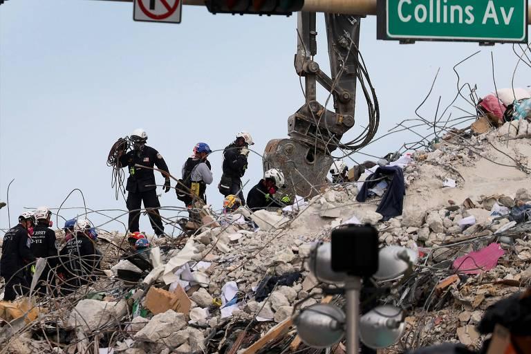 Equipes de buscas trabalham nos escombros do prédio que desabou parcialmente em Surfside, na Flórida