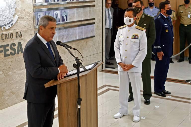 Braga Netto faz pronunciamento na apresentação dos três novos comandantes de Força, a seu lado