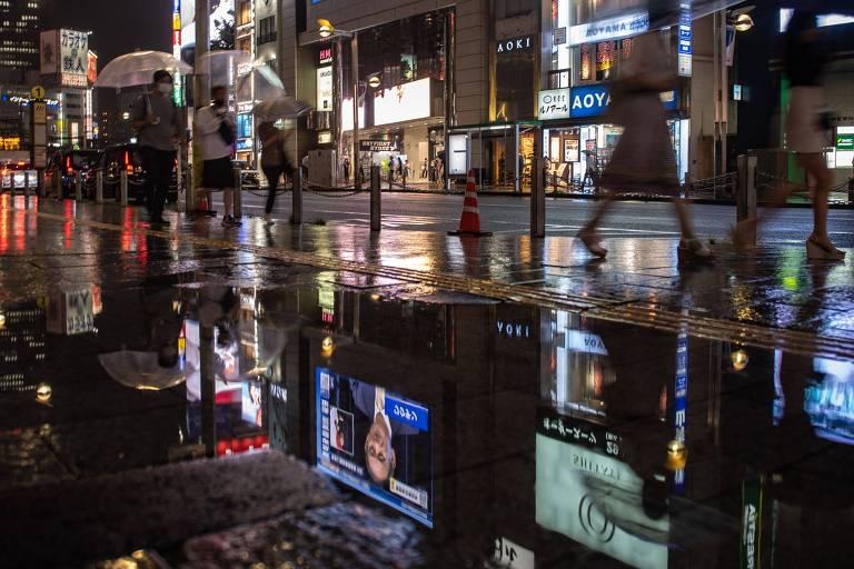Pessoas andam pelas ruas de Tóquio, que teve novo estado de emergência decretado pelo governo do Japão