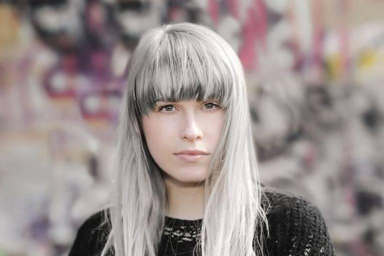 Enquanto para grande maioria cabelos grisalhos aparecem depois dos 40 anos, em muitas pessoas processo começa muito mais cedo