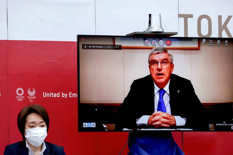 Thomas Bach, presidente do Comitê Olímpico Internacional, aparece em telão ao lado da presidente do Comitê Organizador de Tóquio-2020, Seiko Hashimoto
