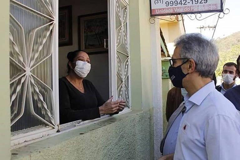 De olho na reeleição, Zema acelera viagens em MG, filma tudo, distribui máscaras e sofre pressão de prefeitos