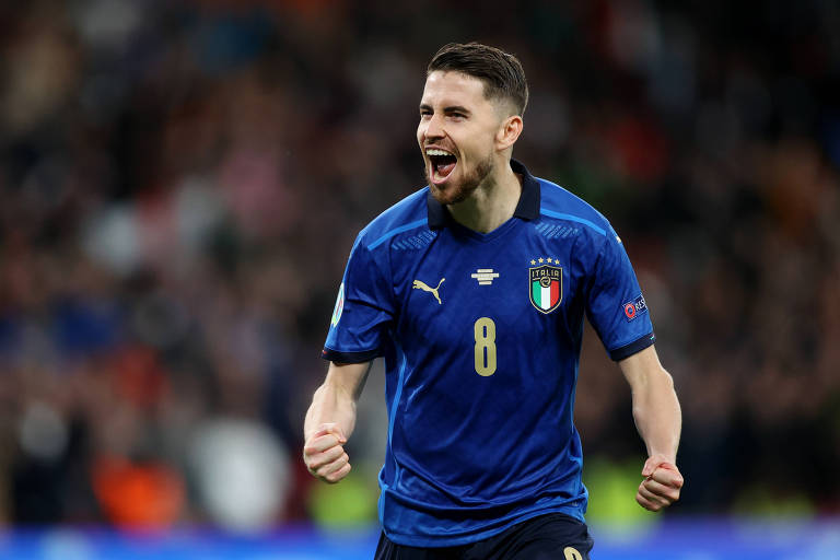 Jorginho comemora cobrança de pênalti que classificou a Itália para a final da Euro