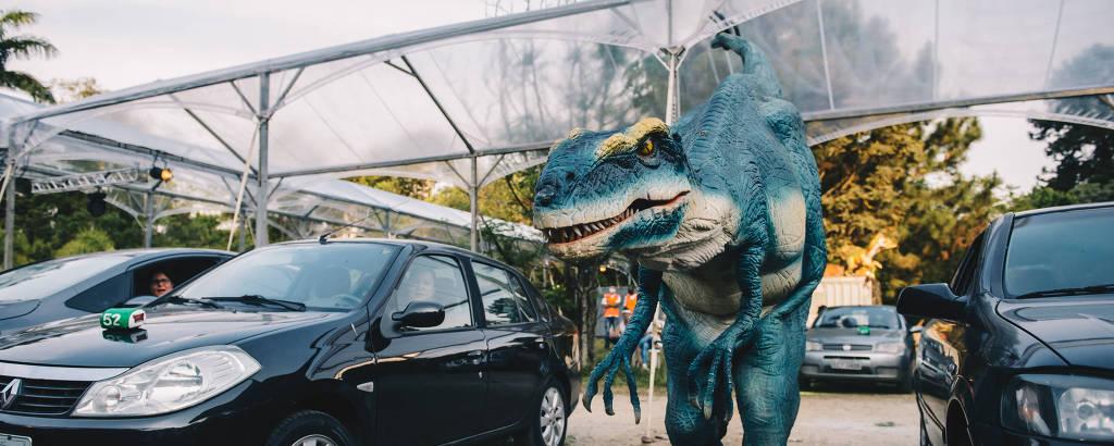 """Em """"Jurassic Safari Experience"""", dinossauros caminham entre carros em São Paulo"""