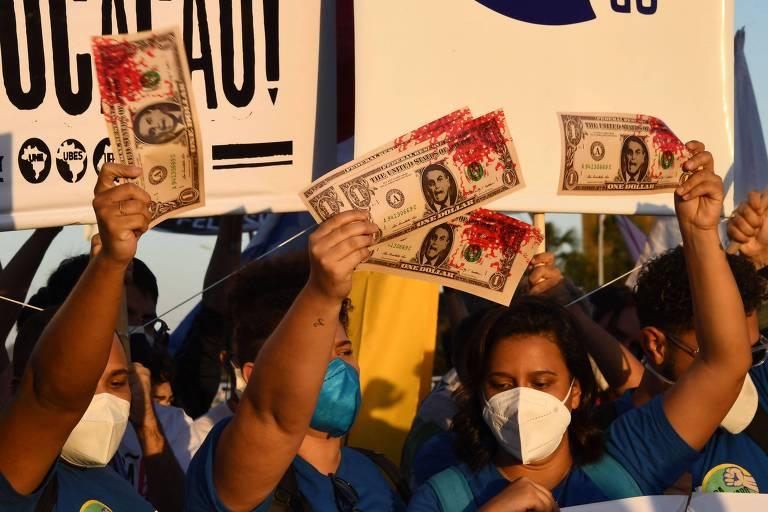 Em queda, Bolsonaro ameaça eleição, mas EUA 'não prestam atenção'