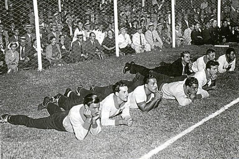 Os reservas brasileiros, deitados na lateral do gramado, durante o Sul-Americano de 1937