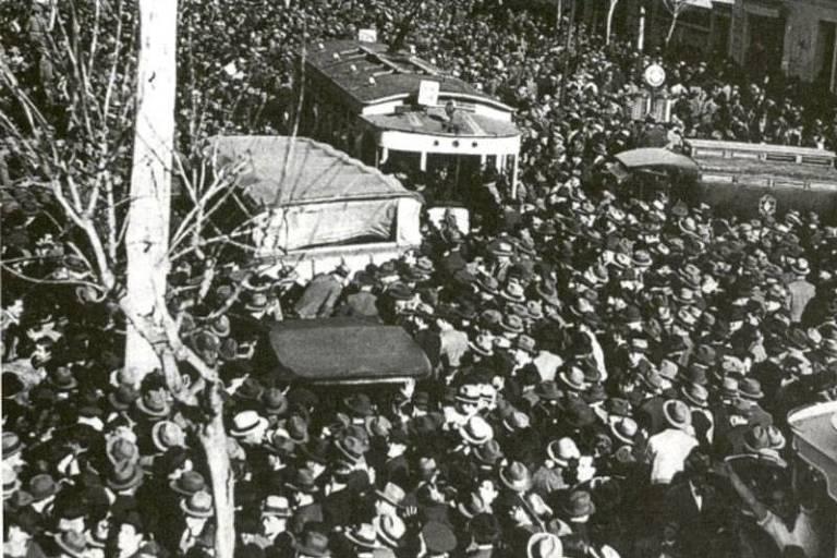 Multidão do lado de fora do Estádio de Boedo, em Buenos Aires, antes da decisão entre Brasil e Argentina