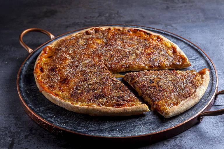 Pizzaria Jolly oferece redonda com cobertura de mozarela, banana, canela e creme de doce de leite