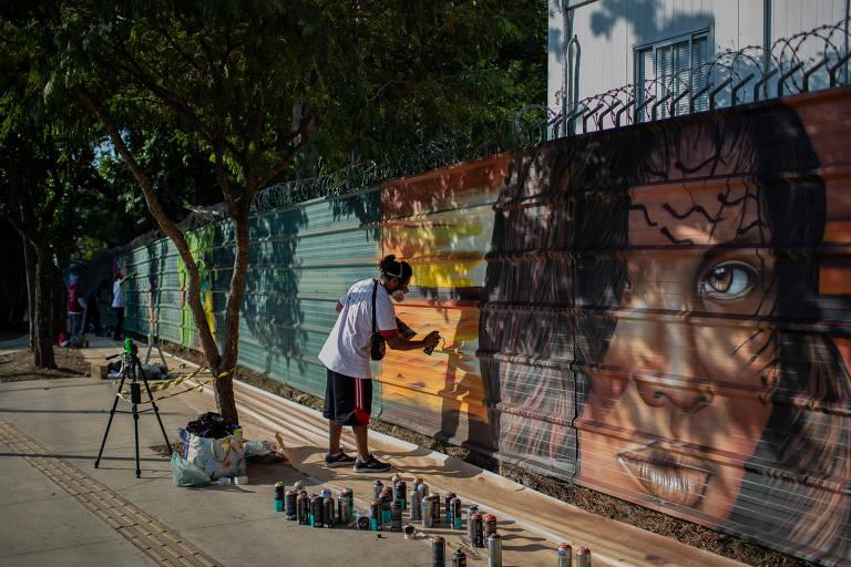 Tapumes do museu do Ipiranga, na zona sul de SP, recebem mostra de grafite