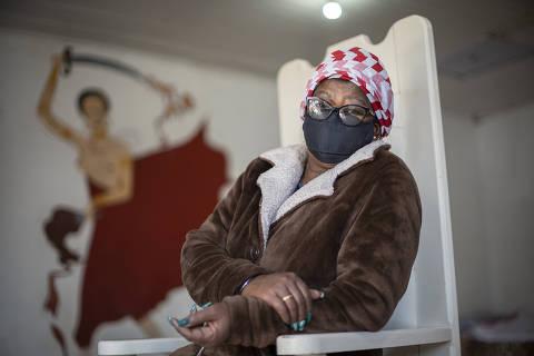 PORTO ALEGRE, RS - 11/06/2021 - Mae Iara, mae de santo que vive na Restinga Velha ha mais de quatro decadas. Ela gere um terreiro e tem mais de cem filhos e filhas de santos. Mae Iara sofre com nodulos na tireoide que comecam a afetar a sua fala. Ela relata diversas tentativas de consulta e problemas recentes para marcar exames pre-cirurgicos para tratar o problema que se agrava. Para medir a desigualdade de renda, educacao e saude entre negros e brancos no Brasil a partir entre os mais velhos e mais ricos, a Folha, com a ajuda de tres economistas, criou o Indice Folha de Equilibrio Racial (IFER), projeto financiado por edital da Fundacion Gabo.   (FOTO: Daniel Marenco/Folhapress) *** EXCLUSIVO FOLHA *** ORG XMIT: AGEN2106151438413322