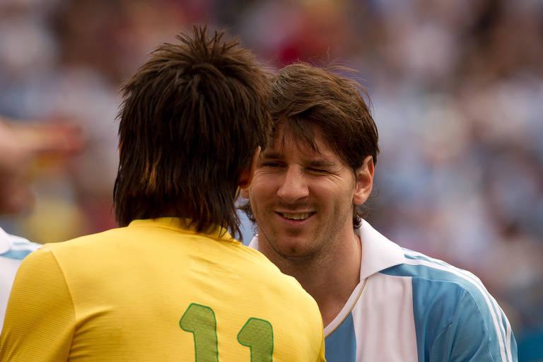 Neymar e Messi se cumprimentam antes de amistoso em 2012, nos Estados Unidos