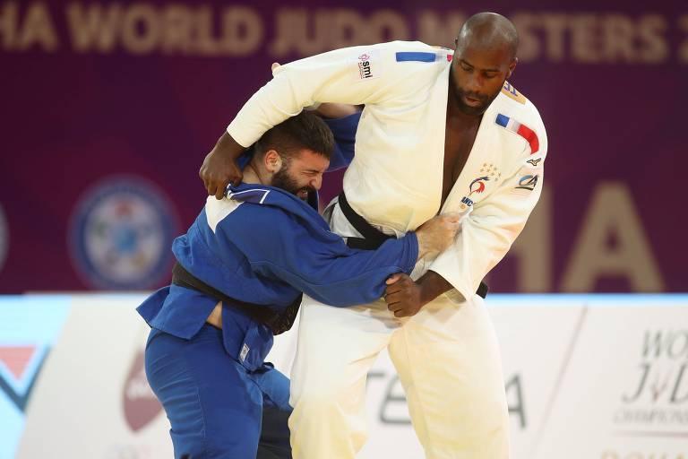 Teddy Riner (de quimono branco) enfrenta o russo Inal Tasoev na final dos pesados do Masters de Doha de judô