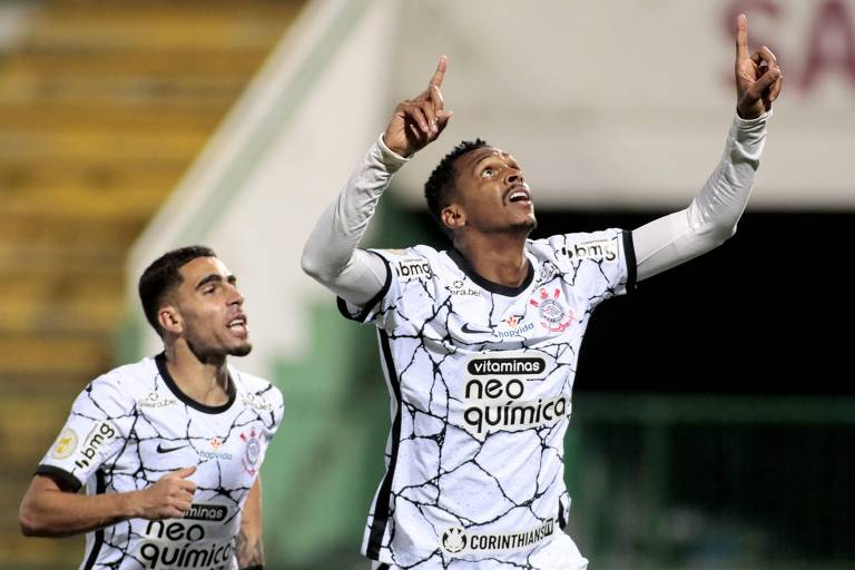 Jô marca quarto gol após troca de chuteira, iguala Sócrates e dá vitória ao Corinthians