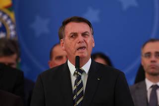 Bolsonaro, diante de ministros e aliados, após pronunciamento em Brasília