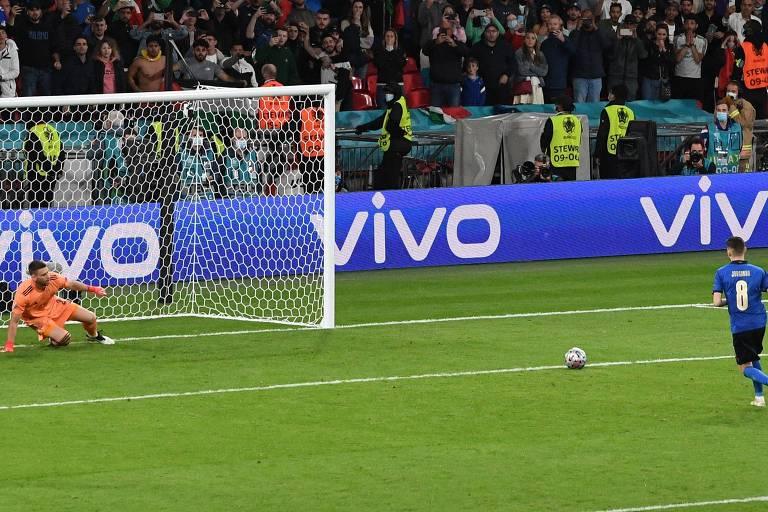 Jorginho cobrou com categoria e deslocou o goleiro Unai Simón com facilidade