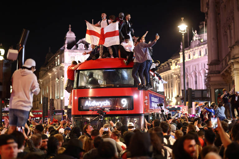 Torcedores ingleses foram às ruas após a vitória da Inglaterra sobre a Dinamarca
