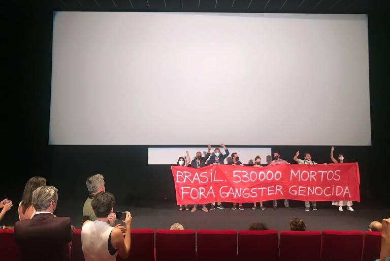 Brasileiros em Cannes protestam contra Bolsonaro: 'Fora, gângster genocida'