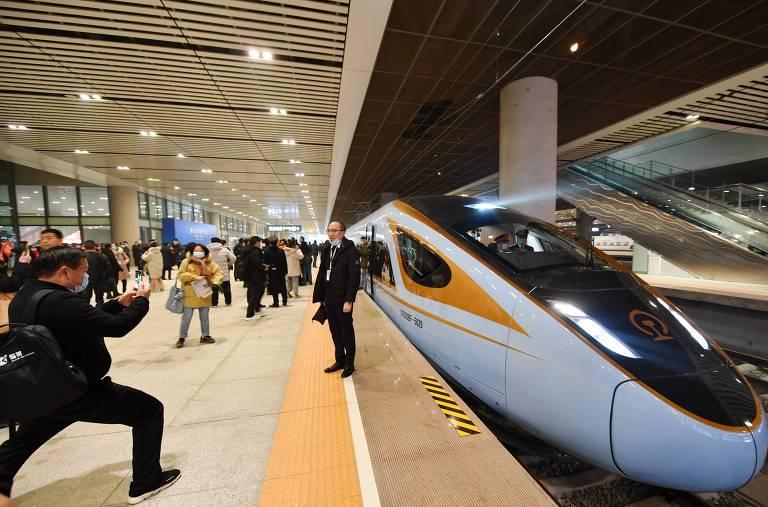 Passageiros tiram fotos ao lado do trem-bala Fuxing, que opera na linha entre Yinchuan e Xi'an