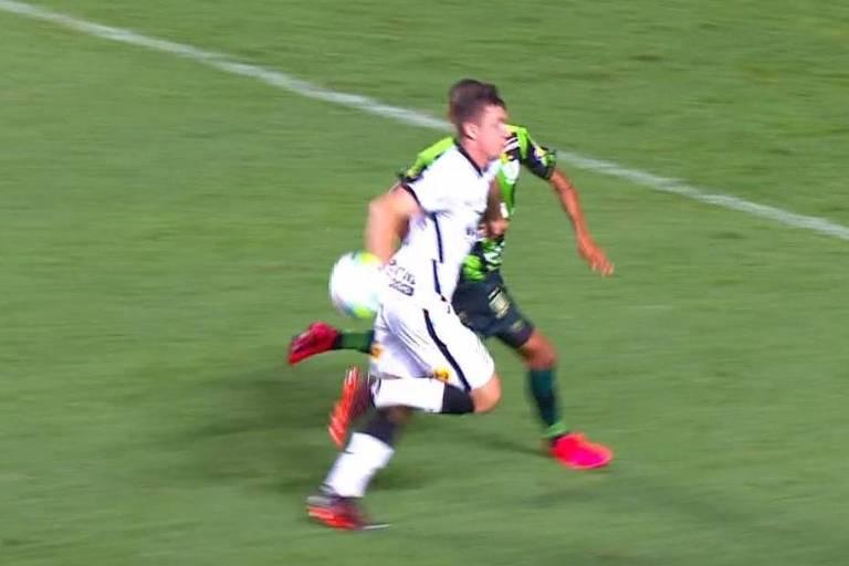 Lucas Piton, do Corinthians, comete o que o juiz viu como pênalti, contra o América-MG, em jogo da Copa do Brasil de 2020