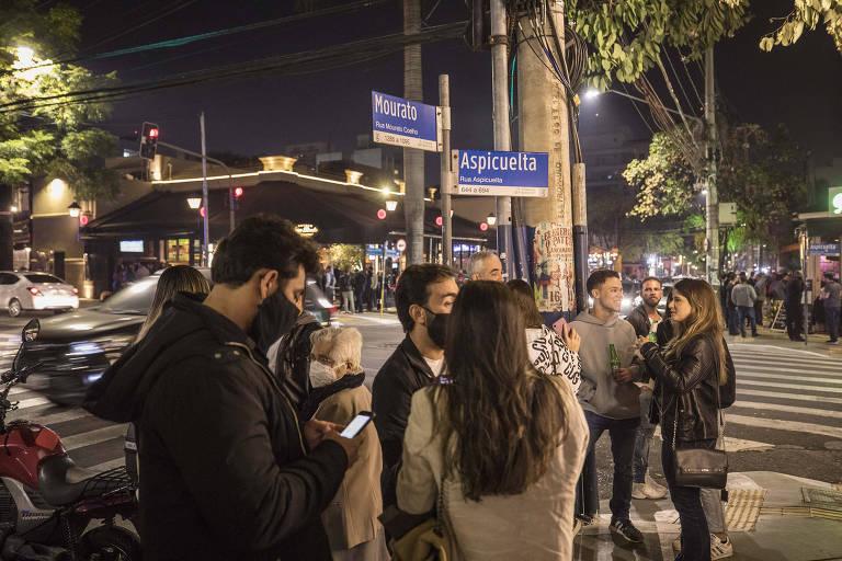 São Paulo tem forte movimento de bares no 1º dia de funcionamento até 23h