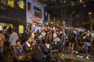 Extensao do horario  de bares ate as 23 horas. Pessoas consomem bebidas e alimentacao  na rua Guaicui (em Pinheiros) as 22h30 onde estao diversos bares
