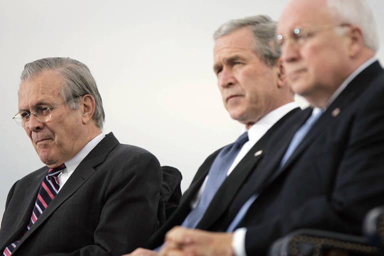 Da esq. para a dir., o então secretário de Defesa dos EUA, Donald Rumsfeld, o presidente George W. Bush e o vice Dick Cheney durante cerimônia no Pentágono, em Washington